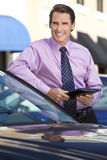 Homem de negócios que inclina-se no carro com computador da tabuleta Foto de Stock Royalty Free