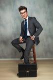 Homem de negócios que inclina seu cotovelo contra a parede e os olhares afastado Fotografia de Stock Royalty Free