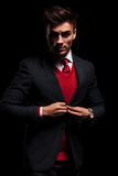 Homem de negócios que inclina seu cotovelo contra a parede e os olhares afastado Fotos de Stock Royalty Free
