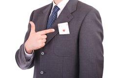 Homem de negócios que indica o cartão do ás em seu bolso. Imagem de Stock