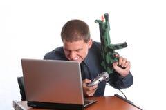 Homem de negócios que joga no portátil foto de stock royalty free