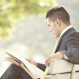 Homem de negócios que lê o jornal Fotografia de Stock