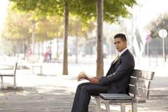 Homem de negócios que lê seu jornal Foto de Stock