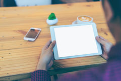 Homem de negócios que lê sua tabuleta com o trajeto de grampeamento branco da tela Imagem de Stock