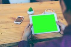 Homem de negócios que lê sua tabuleta com o trajeto de grampeamento verde da tela Fotos de Stock