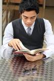 Homem de negócios que lê um livro Foto de Stock Royalty Free
