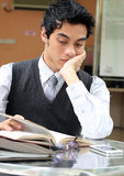 Homem de negócios que lê um livro Imagem de Stock