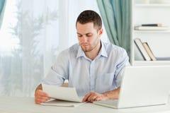 Homem de negócios que lê uma letra Fotografia de Stock Royalty Free