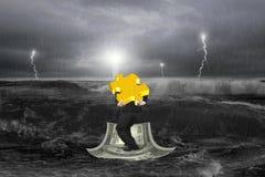 Homem de negócios que leva o enigma do ouro 3D no barco do dinheiro com tempestade Fotografia de Stock Royalty Free