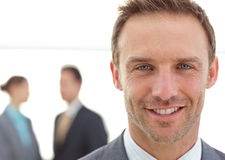 Homem de negócios que levanta na frente de sua equipe Fotos de Stock Royalty Free