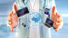 Homem de negócios que mantém um computador e os dispositivos indicados em um futuri Imagens de Stock