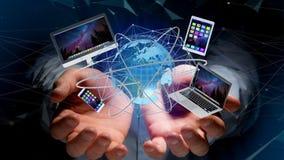 Homem de negócios que mantém um computador e os dispositivos indicados em um futuri Fotos de Stock Royalty Free