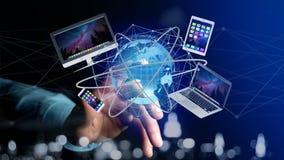 Homem de negócios que mantém um computador e os dispositivos indicados em um futuri Imagem de Stock Royalty Free
