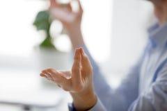 Homem de negócios que medita o fim acima das mãos masculinas fotografia de stock