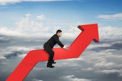Homem de negócios que monta a linha de tendência 3D vermelha no céu Fotos de Stock
