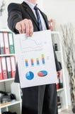 Homem de negócios que mostra cartas e gráficos Imagem de Stock Royalty Free