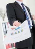 Homem de negócios que mostra cartas e gráficos Fotos de Stock Royalty Free
