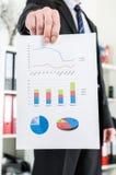 Homem de negócios que mostra cartas e gráficos Fotos de Stock