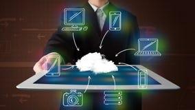 Homem de negócios que mostra a computação tirada mão da nuvem fotografia de stock royalty free