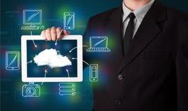 Homem de negócios que mostra a computação tirada mão da nuvem imagens de stock royalty free