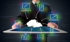 Homem de negócios que mostra a computação tirada mão da nuvem imagens de stock