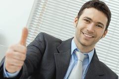 Homem de negócios que mostra ESTÁ BEM Fotos de Stock Royalty Free