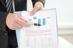 Homem de negócios que mostra gráficos Imagem de Stock Royalty Free