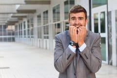 Homem de negócios que mostra a histeria próxima acima com espaço da cópia imagens de stock