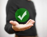 Homem de negócios que mostra a marca de verificação verde Conceito do decisio correto ilustração do vetor