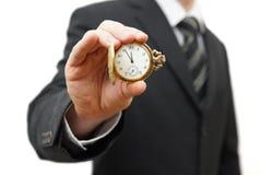 Homem de negócios que mostra 5 minutos a doze Imagens de Stock