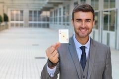 Homem de negócios que mostra o ás de corações Imagens de Stock Royalty Free