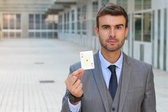 Homem de negócios que mostra o ás de corações Fotografia de Stock