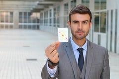 Homem de negócios que mostra o ás de corações Fotos de Stock