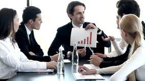 Homem de negócios que mostra o diagrama video estoque