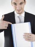 Homem de negócios que mostra o dobrador Fotografia de Stock Royalty Free