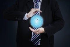 Homem de negócios que mostra o globo 3d Fotografia de Stock
