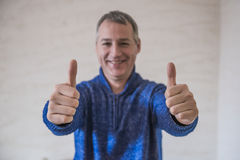 Homem de negócios que mostra o sinal APROVADO com seu polegar acima Foco seletivo imagem de stock