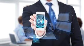 Homem de negócios que mostra o smartphone com tela vazia Fotos de Stock