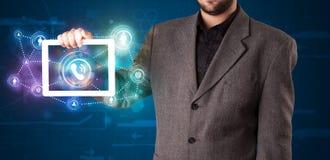 Homem de negócios que mostra a tecnologia social dos trabalhos em rede com l colorido Imagens de Stock Royalty Free