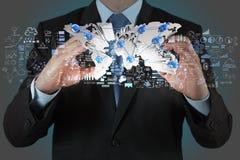 Homem de negócios que mostra a terra 3d Imagem de Stock Royalty Free