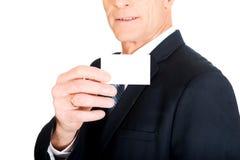 Homem de negócios que mostra um cartão de nome vazio da identidade Imagens de Stock Royalty Free