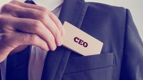 Homem de negócios que mostra um cartão que lê o CEO imagens de stock royalty free