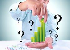 Homem de negócios que mostra um crescimento da tendência Imagem de Stock Royalty Free