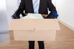 Homem de negócios que move-se para fora com caixa de cartão Imagem de Stock Royalty Free