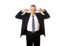 Homem de negócios que obstrui suas orelhas Imagens de Stock Royalty Free
