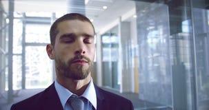 Homem de negócios que obtém no elevador no escritório moderno 4k filme