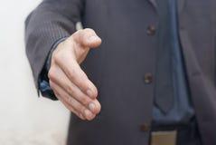 Homem de negócios que oferece para o aperto de mão Foto de Stock
