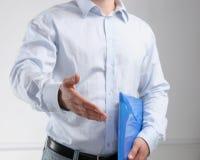 Homem de negócios que oferece sua mão para o aperto de mão Imagens de Stock Royalty Free
