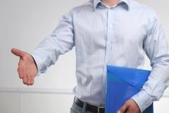 Homem de negócios que oferece sua mão para o aperto de mão Fotografia de Stock Royalty Free