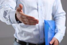 Homem de negócios que oferece sua mão para o aperto de mão Imagens de Stock